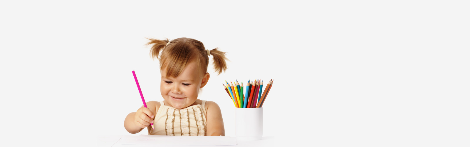Kind mit Buntstiften